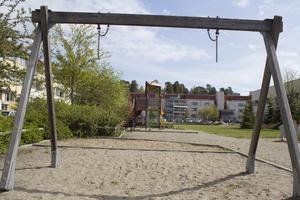 Trasigt. på lekplatsen på Råby saknas bland annat gungor.