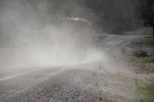 FOTO: KLAS-GÖRAN SANNERMANNär det är torrt dammar det och när det regnar blir vägen i det närmaste ofarbar. Möter man en av de många timmerbilar, som trafikerar vägen, så är det som att köra in i Lützen-dimman när det är torrt. Faran för stenskott är också stor.