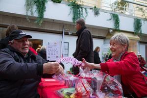 Ulla Tegner säljer lotter till Sten-Inge Nyberg.