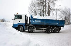 Lastbilar fullastade med snö kör i skytteltrafik till kommunens tippplatser...