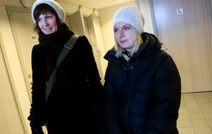 """Sjuksköterskestudenterna Veronica Nilsson och Lina Thuresson, båda från Umeå, har bara bott i Östersund i tre veckor än så länge. """"Vi har koll på våra grejor"""", säger Lina Thuresson. Veronica Nilsson konstaterar att den eventuella väsktjuven får en överraskning om hon blir bestulen: """"Jag har en bok om etik i min väska""""."""