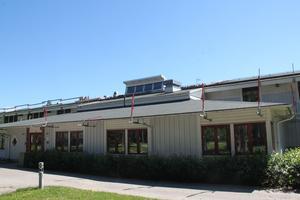 Taket på ridstadion i Timrå beräknas vara färdigrenoverat i mitten av augusti.