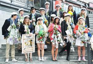Femton studenter från olika gymnasieprogram samlades för att sjunga studentsången på Åre torg. Alla bor i Åre.