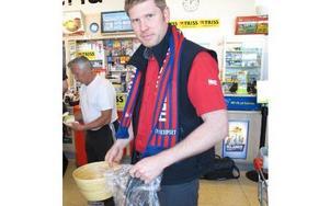 Mats Karlsson jobbar i spelbutiken vid IcaMaxi. FOTO: ILSE VORNANEN