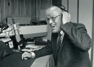Hasse Tellemar vid radiomikrofonen i Ring så spelar vi-studion.