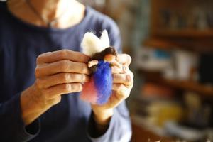 Karin Neuschütz visar hur du kan göra din egen ängel genom att tova ull med hjälp av en nål. På mindre än tio minuter har hon skapat den här. För nybörjaren kanske det tar en halvtimme, se beskrivning längre ner i artikeln.
