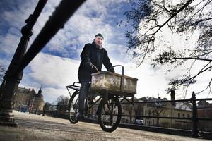 Full fart på stan. Rolf L Lundin, som förr var cykelbud i Örebro, testar sin gamla pakethoj. Cykeln är av samma modell han använde på femtiotalet när han levererade blomster till kunder i centrala stan. Hojen är inlånad från ett privat Konsum-museum i Västerås. BILD: FILIP ERLIND
