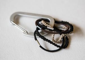Karbinhakar, eller upphängningsringar från ett duschdraperi, är ett smart sätt att förvara gummiband på.