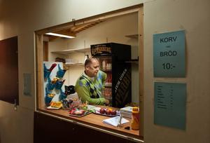 Lars Göran Åhman säljer korv i kiosken.