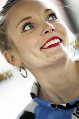 Isabelle Pedersen från Östersund, som tidigare bland annat varit med i Östersundsrevyn, är nu med i kören Abba the choir.