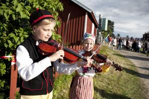 August och Karolina Sunnanhagen, 10 och 7 år, har lärt sig spela fiol med suzuki-metoden. Syskonen var två av många deltagare på årets soliga Bingsjöstämma.