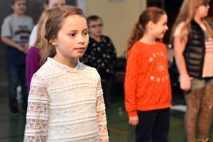 Astrid förbereder sig inför en kommande dansuppvisning.