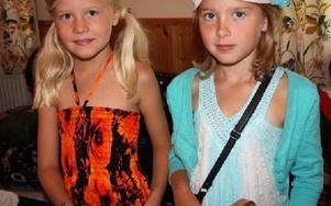 Bästisarna Hannah Hellström-Stenberg och Ella Brottman, båda sju år från Falun botaniserar bland prylarna. FOTO: ANGELICA LINDVALL