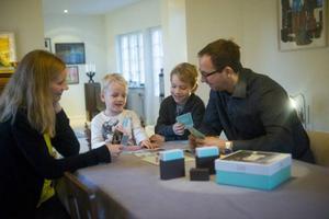 Storebror Artur och lillebror Harald spelar Familjens frågespel med mamma Sara och pappa Frank.