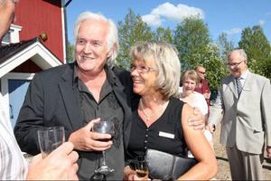 – Hon var den enda tjej som sprang ifrån mig, säger Henning Mankell om sin klasskamrat från tiden i Sveg, Inga- Britt Eriksson.Inga- Britt har även varit till stor hjälp att inreda författarhuset i Överberg.