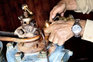 Före start måste kulan på tändkulemotorn värmas upp med blåslampa.