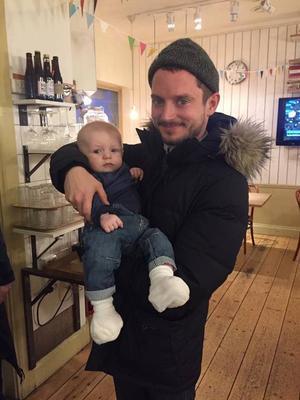 Elijah Wood tillsammans med Emma Johanssons son John på BILBOlaget i Östersund.