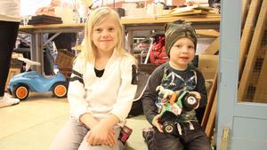 Olivia Johansson, 8 år, var på loppisen tillsammans med mamma och lillebror Devin, 2 år. Han är överlycklig över sin fyrhjuling som han har fått. Den är likadan som pappas anser han.-Det var det första han såg när vi kom in, säger mamma Charlotte Johansson.