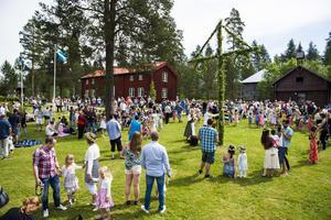 Midsommarfirande vid Själevads hembygdsgård.