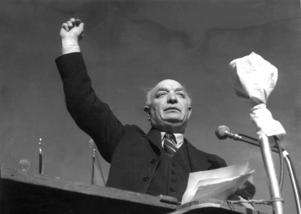 Per Albin Hansson håller sitt första maj-tal 1941, mitt under det brinnande andra världskriget.
