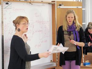 Amelie jakobsson och Lina Jan-Ers håller i lektionerna för de asylsökande.