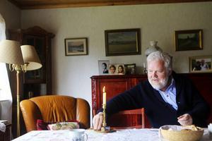 Delar av året spenderar Kjell Albin Abrahamson fortfarande utomlands. Han har en lägenhet i norra Tyskland. Han har till och med börjat uppskatta den tyska humorn säger han med ett leende.