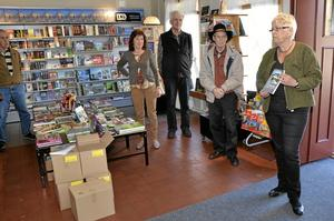 Boksläpp. Berit Ydreborg är redaktör för Lannaboken och presenterade den i går på Lanna bokhandel. Flera av författarna fanns också på plats när den rykande färska boken packades upp ur kartongerna. Foto: Veronica Svensson
