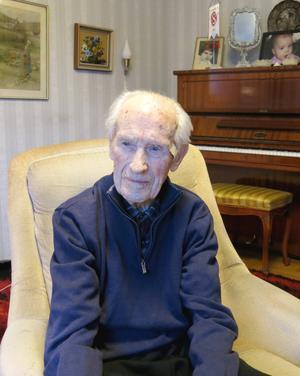 Egon Sundberg har naturligtvis ett piano hemma. Det är musiken och fotbollen som kantat hans liv. Nu fyller han 104 år.