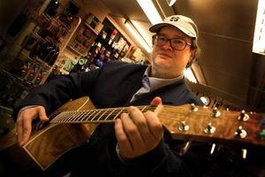 I musikaffären får Ken Swedenborg visa prov på om han kan spela gitarr eller keyboard. Det blir en visa av Dan Andersson på gitarren. Vill du höra hur han låter? Gå in och se Swedenborg på Dalarnas tidningars webb-tv!