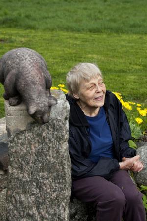 Marianne Grandien har fyllt sin trädgård med skulpturer. En av dem är På spaning, där en katt spejar mot en liten mus.
