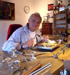 – Jag har länge funderat på smycken till vinterfesten, avslöjar Bernd Janusch.