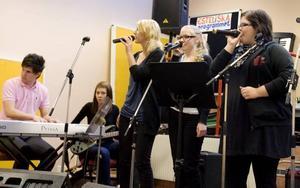 """Tjejtrio. Julia Stålberg, Maja Larsdotter och Erika Jansson bjöd på """"Son of a preacher man""""."""