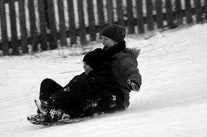 Medan snön fortfarande låg kvar i Björnö-backen tog jag detta kort på min sambo och min son. Vi hade ätit matsäck och deras premiäråk blev lite snabbare än de tänkt sig!