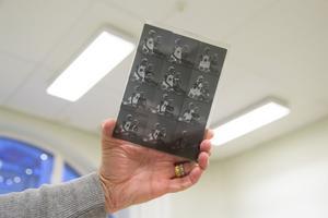 Glasplåtarna kan innehålla upp till 24 bilder och kan variera i porträtt mellan barn, familjer, par, brottslingar och hundar.
