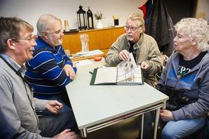 Sören Persson och Bertil Åkesson från Nola Myntklubb hjälper paret Erland och Sonja Sandqvist med värdering av en myntsamling.