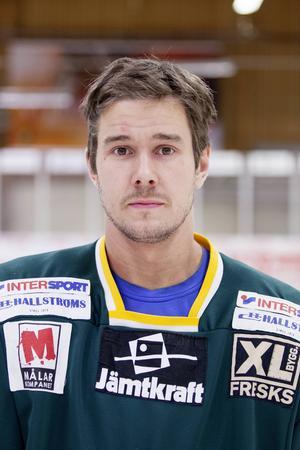 Pierre Larsson har spelat 310 matcher för ÖIK men har spenderat alltför många matcher på bänken den här säsongen. I kväll spelar han sin första match för Brunflo.