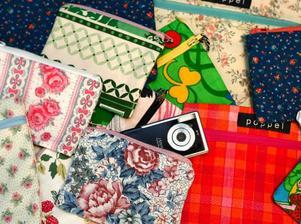 Necessärer och börser gjorda av gamla vintagetyger från gardiner, påslakan och kläder. By poppel. 79 kronor per styck. Poppel store.