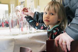 Emma Romelin, tre år, fick hjälp av mamma.