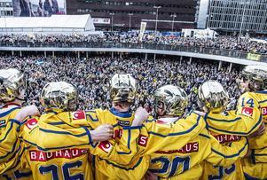 Tre Kronor hyllades av svenska folket på Sergels Torg i Stockholm.