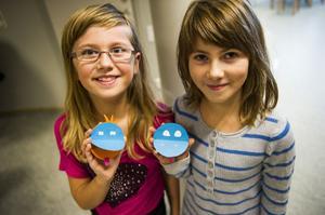Kompisarna Emma Nyberg och Maja Lindgren visar upp sina färgglada monster.