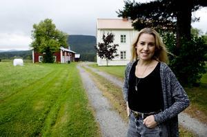 Från London till Ånge. Emmelie Eriksson är tillbaka i 1700-talsgården i Västanå.