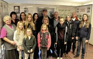 """Släktträff. Ättlingar till Olga och Helmer Mälman utanför Linde, som hamnade på frimärke 1973, samlades i Lindesbergs bibliotek på Arkivens dag i lördags förmiddag. Den yngsta generationen är                                                        den femte efter """"frimärksparet""""."""