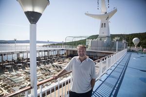 Espen Tandberg räknar med att ta emot asylflyktingar nu på måndag. I bakgrunden syns swimmingpoolen.