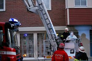 Den andra av två personer som fördes ner med skylift når säker mark.