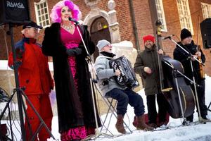 """Lars-Åke """"Babsan"""" Wilhelmsson höll ett uppskattat tal. Sedan fick Lindqvistarna upp humöret ytterligare hos den stora publiken med klassiska julsånger.Foto: Håkan Luthman"""