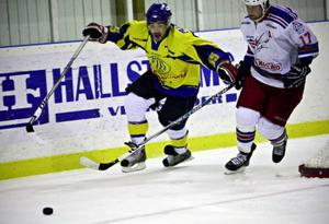 Näldenforwarden Nikolas Strantzalis (till vänster) låg bakom det snabba 1–0-målet. Det var hans tolfte poäng i serien.  Foto: Anneli Åsén