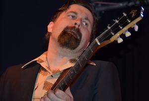 Tommi Leino på gitarr.