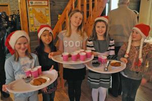 Petra Dahlström, Thilda Hemansson, Nike Borgs, Alice Ersson och Alva-Li Borgs serverade först glögg och pepparkakor och bytte sedan om för att gå i luciatåget.