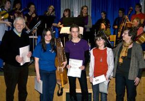 Nils-Axel Didriksson och Anna Bohlin överlämnade stipendierna till från vänster Agnes Olson, Ovikens Unga Spelmanslag, Britta Sterner, Bergssträngarna, och Erika Jonasson, Bergssträngarna, som representerade sina respektive orkestrar.