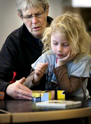 Gudrun Skånberg med barnbarnet Alva, fyra år, tog en tur till biblioteket. Alva var förkyld denna dag och kunde inte vara på förskolan.